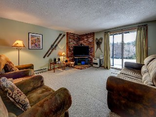2 BR w/ Mtn Views, Pool, Tennis, AC! 1 Mile to N. Conway Village!