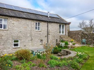 ROW FOOT, woodburning stoves, enclosed lawned garden, pet-friendly, Ravenstoneda