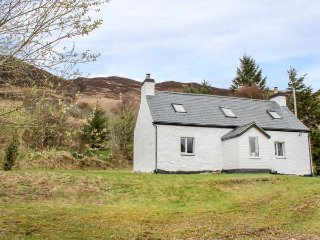 CREAG MHOR COTTAGE, detached pretty cottage, stunning views,  woodburning stoves