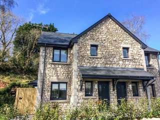 KEEPERS COTTAGE, next to golf course, enclosed garden, WiFi, near Silverdale