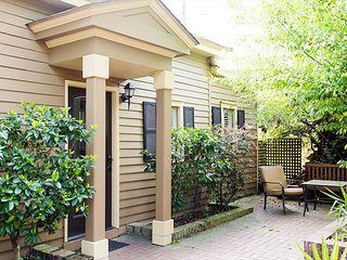 Stay Local in Savannah: One bedroom cottage steps away from Forsyth Park!