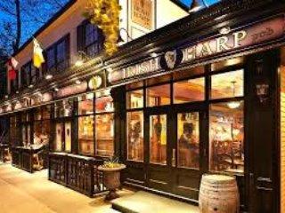 Disfrutar de la música irlandesa y la comida fantástica en el popular y auténtico Irish Harp restaurante / pub