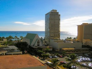 Waikiki Banyan Corner Unit - Beautiful Ocean View