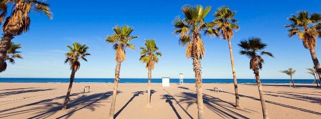 Playa delante de la casita, se cruza la calle y ya se está en el paseo de la playa