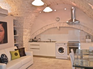 Luxurious  one-bedroom home in the heart of the Centro Storico Sleeps 2+1, Castellana Grotte