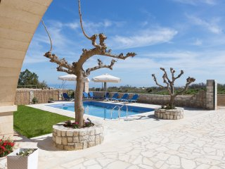 Villa Pinelopi - Seafront Villa 350m Away from Organised Sandy Beach