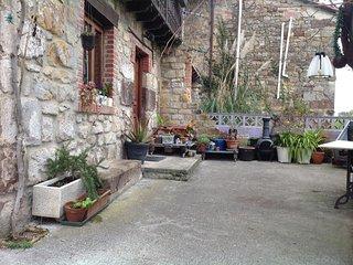 Casa campo 2 habitaciones dobles, 2 baños, salon, cocina, jardin, aparcamiento