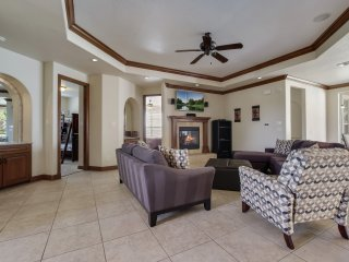 Luxurious Hill Country Townhome. A Stone's throw from Sea World. BMT