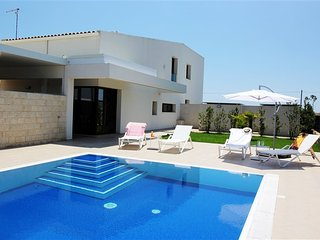 Amazing Holiday Villa with own Swimming Pool up to 7ppl, Marina di Ragusa