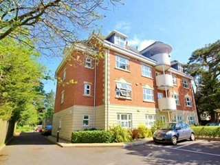 Contemporary 2 bed/2 bath Quality apartment FREE wIfI  & Parking, Close to beach, Bournemouth