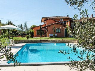 Villa with private pool 20km Lucca, 50km Pisa-Florence. Air conditioning & Wi-fi