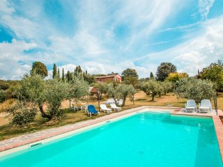 House with private pool in quiet location, Siena