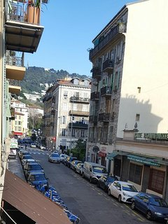 Rue Bonaparte en direction de la place Max Barel et le Mont Boron