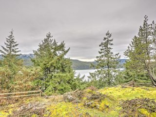 2BR Eastsound Home Overlooking San Juan Islands!