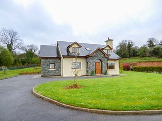 SERAH, spacious accommodation, open fire, lawned garden with patio, Killarney