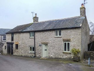 KEMPSHILL COTTAGE, woodburning stove, close to village centre in Tideswell, Ref