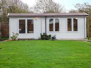BECK LODGE, detached lodge, private walled garden, patio, near Pocklington, Ref