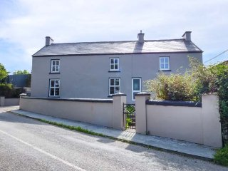 FARMHOUSE, solid fuel stove, pet-friendly, on working farm, nr Millstreet, Ref