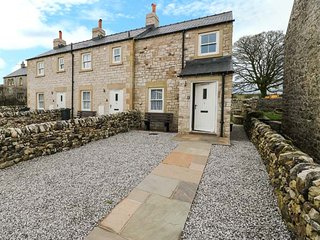 1 PRIMITIVE CROFT, terraced, Jacuzzi bath, private garden, in Chelmorton, Ref 94