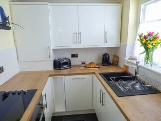WELLINGTON PLACE, over three floors, woodburner, pet-friendly, in Scarborough