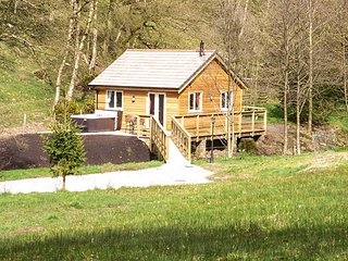 PARK BROOK RETREAT, ground floor, wooden chalet beside brook, hot tub
