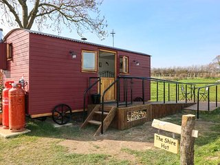 THE SHIRE HUT, wonderful views, woodburning stove, open plan, near St Asaph