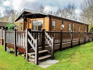 10 BULLRUSH, ground floor lodge, excellent on-site facilities, lakeside views