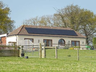2 THE STABLES, pet friendly, country holiday cottage, with a garden in Ryde, Isl