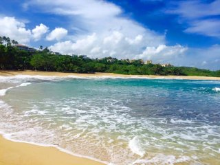 Relaxing Beachfront Condo, WiFi, Private access to beach, gated complex, Manati