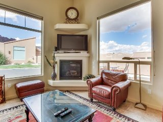 Lovely townhome w/ private hot tub, seasonal pool access, great views!