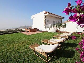 Preciosa Villa con jardín, jacuzzi y vistas al mar