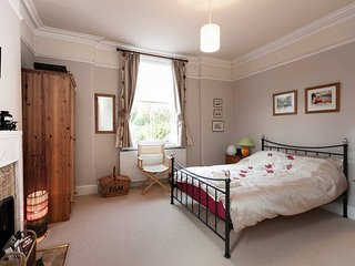 Spacious period double ensuite & private TV lounge in quiet yet central location