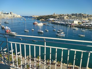 Seafront Apartment with Sea and Valletta Views., Il Gzira
