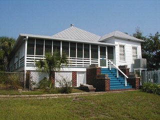 #11 13th Street - An Historic Tybee Treasure - Small Dog Friendly - FREE Wi-Fi, Isla de Tybee