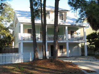 1308 Lovell Avenue - Modern Tybee Beach House - Hot Tub - FREE Wi-Fi, Isla de Tybee