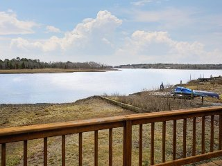 Lovely waterfront cottage w/ deck & river views - steps from a beach park!, Wareham