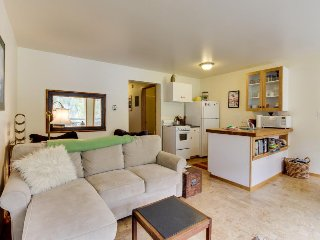 Cozy condo w/stunning mountain views! Near the ski lifts + access shared pool!