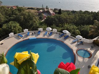 Panoramic sea view quiet luxury Apartment for 4 to 5 persons, shared pool, Agios Gordios