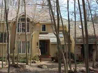 Classic Pocono Mountain Townhouse 5 min drive to Kalahari, 10 min. to Camelback, Pocono Pines