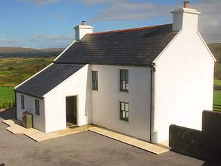 NELLIE'S FARMHOUSE, spacious detachd farmhouse, WiFi, enclosed garden, lovely vi