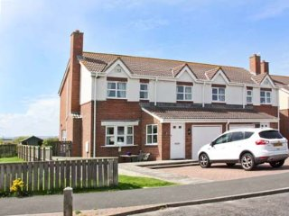 SANDY COVE, pet friendly, with a garden in Beadnell, Ref 958540, Chathill