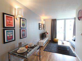 Stylish, Modern Apartment - Moments from Wembley Stadium & SSE Arena