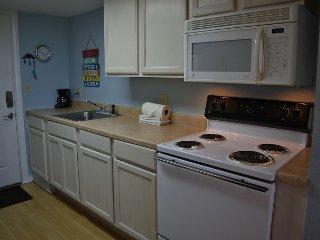 121SB; 1BR Efficiency, 1 Queen 1 Sleeper Sofa, Full Kitchen, 1 Block to Beach