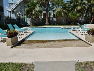 113SB; 1BR Efficiency, 1 Queen 1 Sleeper Sofa, Full Kitchen, 1 Block to Beach