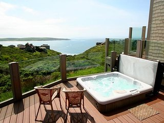 """Beach Nest""HOT TUB, SAUNA, Endless Ocean Views,WiFi!"