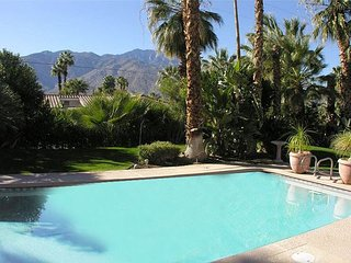 TROPICAL! PRIVATE POOL & HOT TUB!  12-14 ppl 5 bdrm 5 ba DOWNTWN