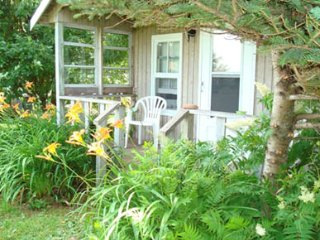 Acozy Seaview Lavender with 1 bed and covered porch, in central location of PEI