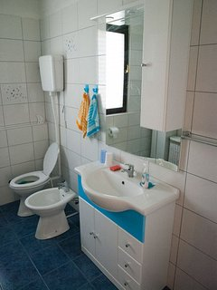 A(4+2): bathroom with toilet