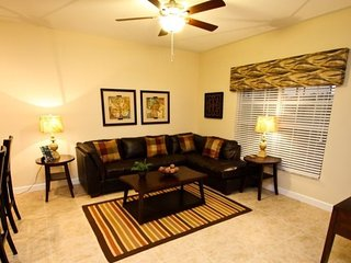 8955CAT. Beautiful 4 Bedroom 3 Bath Town Home in Paradise Palms Resort