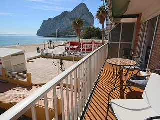 2 BD Beachfront Apartment - Stunning Sea Views & direct access to the beach, Calpe